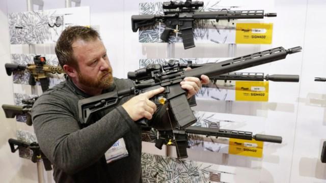 Foto: Una persona observa un AR-15 en la sala de exposiciones de la Asociación Nacional del Rifle en Indianápolis, 5 septiembre 2019