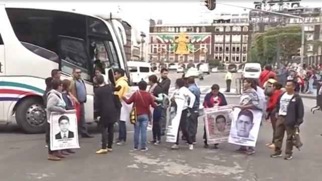 Foto: Familiares de los desaparecidos en Ayotzinapa llegan a Palacio Nacional