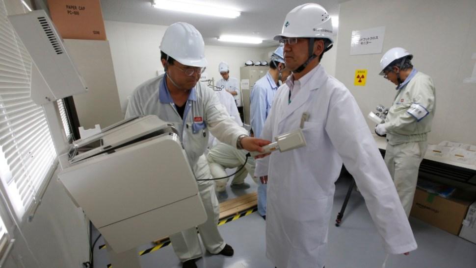 Foto: Un trabajador recibe un examen de radiación en la prefectura de Fukushima, 19 de julio de 2016