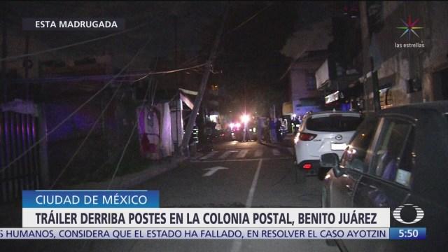 Tráiler derriba seis postes en la Benito Juárez, en CDMX