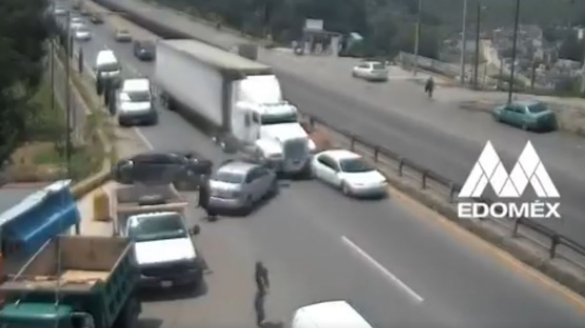 Tráiler se impacta contra varios vehículos.