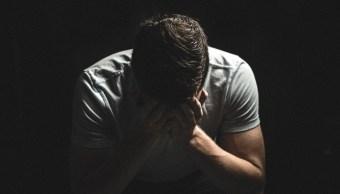 Foto: Hombre triste frustrado fondo negro. 16 septiembre 2019.