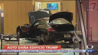 Vehículo ingresa a un edificio de Trump, en NY