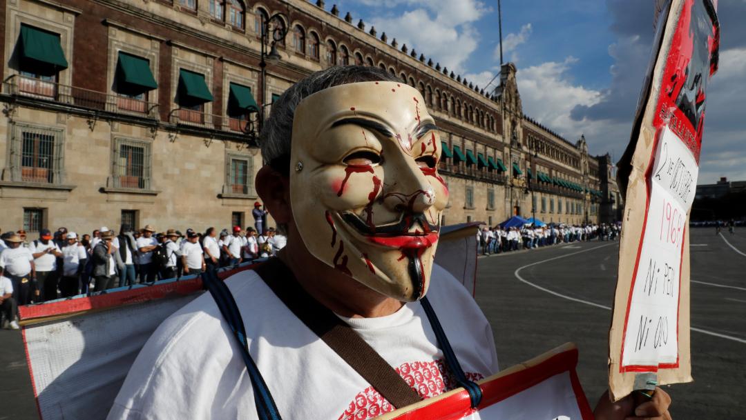 Manifestante enmascarado en el Zócalo, 02 octubre del 2019 (Reuters)