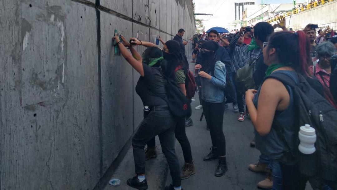 Encapuchados realizan pintas en la marcha del 2 de octubre. (Twitter: @diariobasta)