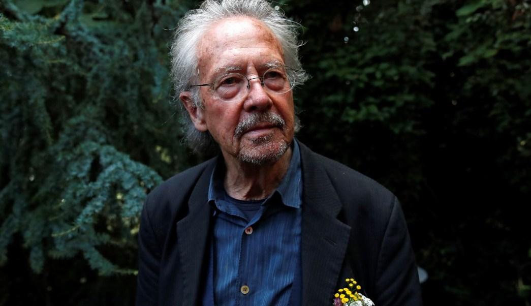 Academia Sueca defiende a Handke de acusaciones de negar crímenes de guerra.