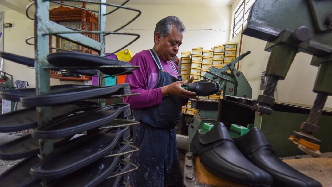 FOTO Actividad económica de México cae 0,9 % en agosto; en la imagen, un productor de zapatos de San Mateo Atenco (Cuartoscuro/Crisanta Espinosa)