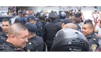 FOTO Comerciantes ambulantes agreden a policías federales en Avenida Chapultepec, CDMX (FOROtv)