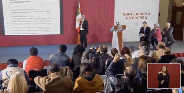 FOTO AMLO lee memorando que envió a funcionarios, durante su conferencia de prensa matutina (YouTube)