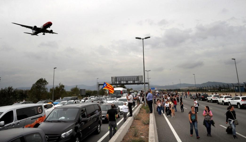 FOTO Protestas afectan vuelos y trenes en Barcelona tras sentencia contra independentistas (EFE)