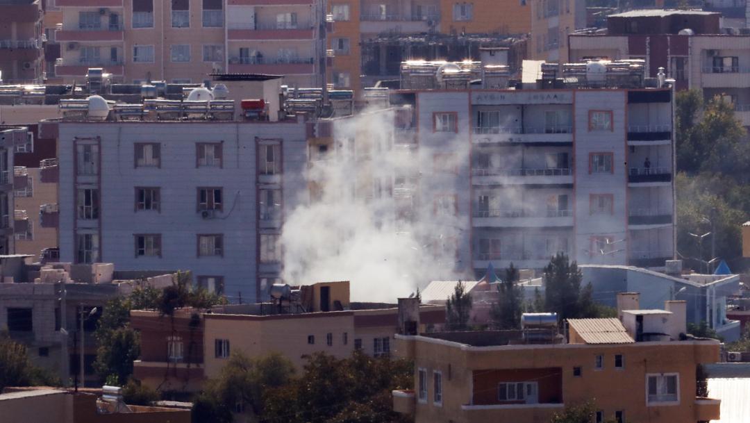 Foto: Se levanta una columna de humo en un barrio sirio tras los bombardeos de Turquía, 18 octubre 2019