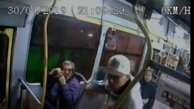 Pasajeros enfrentan a delincuentes en microbús de CDMX, 06 octubre de 2019, (Captura de video)