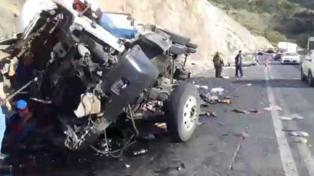 Foto: Las bebidas líquidas quedaron regadas sobre el asfalto y fue necesario el cierre de la circulación con dirección a Saltillo, 27 de octubre de 2019, (Noticieros Televisa)