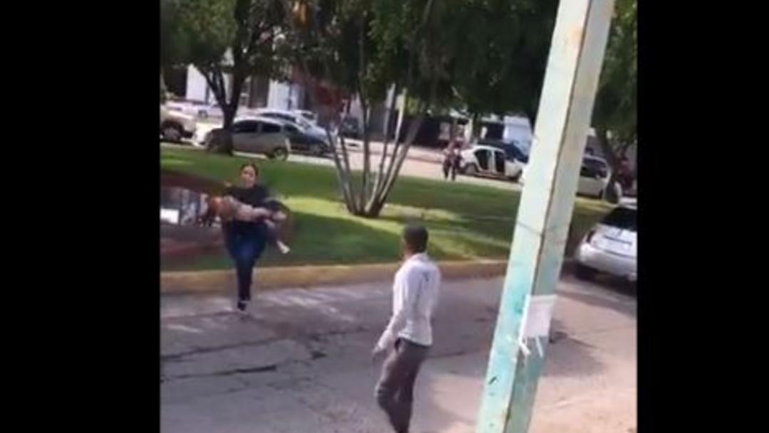 """Foto: """"Ayúdame con la niña"""", le grita la mujer a un hombre que también está corriendo, 17 de octubre de 2019, (captura de video)"""