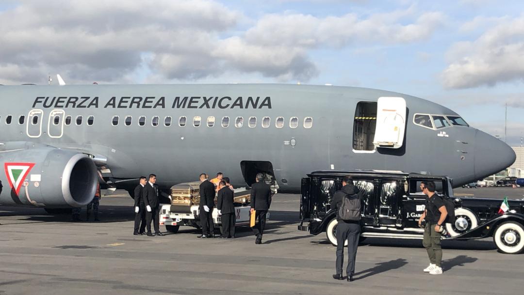 FOTO Carroza fúnebre recibe cenizas de José José en el Aeropuerto Internacional de la CDMX (EFE)