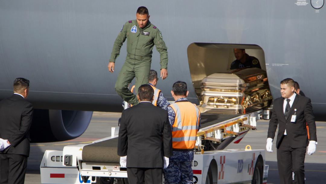FOTO Desciende de un avión de la Fuerza Aérea Mexicana el ferétro con las cenizas de José José (Cuartoscuro/Rogelio Morales)