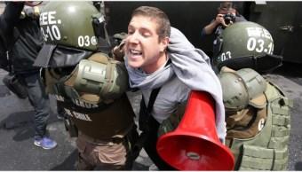 Foto: Varias personas protestan por el incremento del precio del Metro en Chile, 19 de octubre de 2019 (EFE)