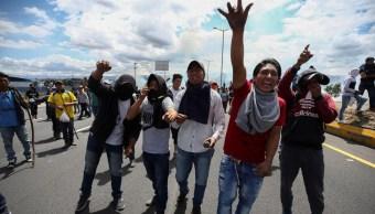 Foto: En las afueras de la ciudad de Latacunga, situada a unos cien kilómetros al sur de la capital ecuatoriana, se registraron disturbios sobre la carretera principal que cruza los Andes, 5 de octubre de 2019 (EFE)