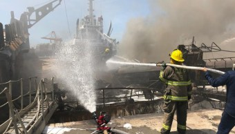 Foto: Bomberos controlan el incendio en un buque en el puerto de Manzanillo, Colima, 3 octubre 2019