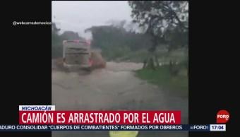 FOTO: Corriente de agua vuelca camión en Michoacán, 20 octubre 2019