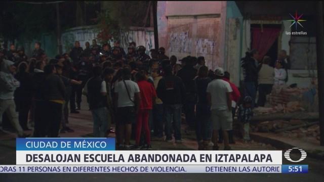 Desalojan a grupo de personas que invadió escuela abandonada en Iztapalapa