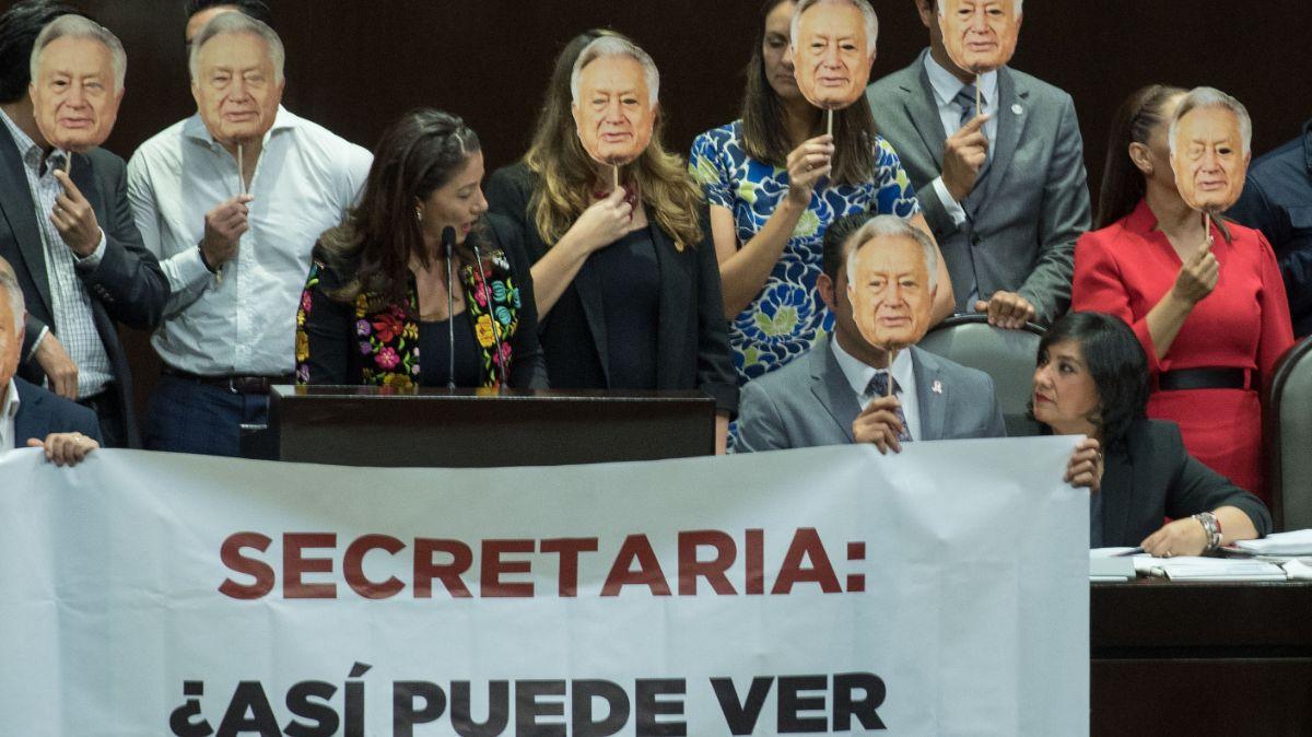 Diputados panistas protestan por caso Manuel Bartlett.