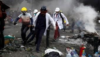 Foto: En Ecuador paramédicos cargan a un manifestante herido durante los enfrentamientos, 12 octubre 2019