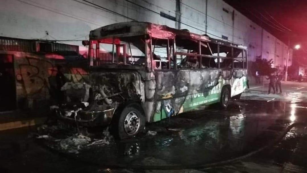 Foto: Varias unidades de transporte fueron incendiadas 12 de octubre de 2019, (Twitter @elcorreodgmx1)
