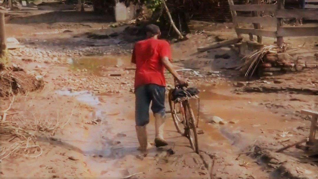 FOTO: Habitantes de El Rebalse empezaron a llegar a lo que queda de sus hogares.