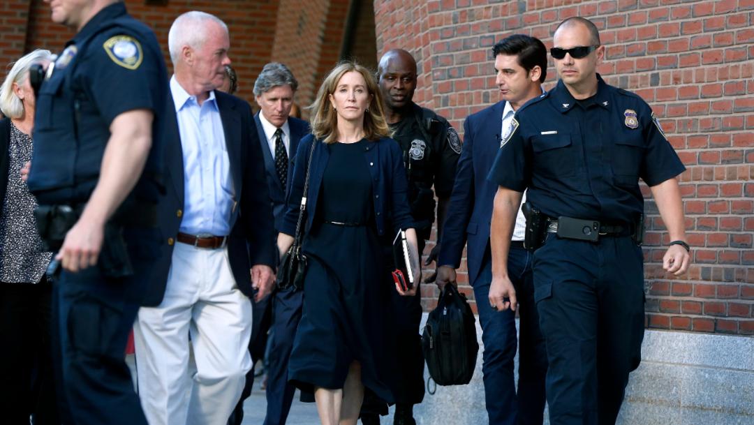 """Foto: En un comunicado emitido el martes por el representante de Huffman, dice que la actriz """"está preparada para cumplir el término de encarcelamiento ordenado por la jueza Talwani"""", 15 de octubre de 2019 (AP)"""
