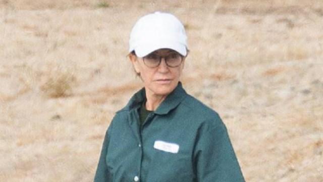 FOTO Felicity Huffman sale de prisión tres días antes de lo previsto (Splash News)