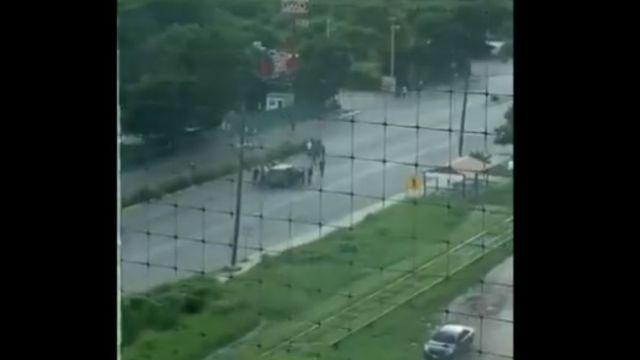 Foto: Los reos intentaron robar una camioneta parada en la calle. Twitter/@yuridiatorres