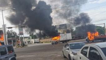 Foto: Grupos armados quemaron un camión en calles de Culiacán, Sinaloa. Twitter
