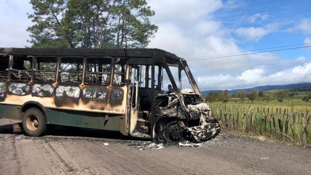 Foto: Grupos armados quemaron un autobús en el municipio de Tocumbo, Michoacán. Efe