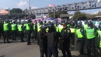 Foto: Un grupo de policías federales cerraron Circuito Interior, a la altura de la Terminal Aérea. Noticieros Televisa/S. Servín