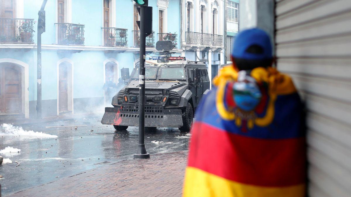 Foto: Un manifestante se cubre con la bandera de Ecuador. Reuters