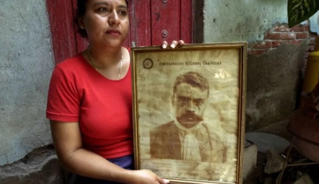 Foto: Herlinda Zapata Fernández con una foto de su bisabuelo, Emiliano Zapata. AP/Archivo