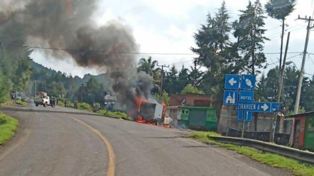 Foto: Sujetos armados quemaron un camión de carga. Twitter/@antonioaranda_
