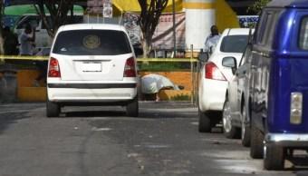 Foto: Policías cubrieron el cuerpo del hombre tirado sobre la calle. Twitter/@tavojeda5