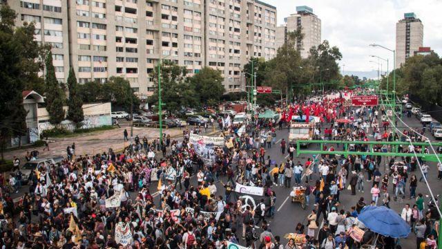 Foto: Miles de personas marcha sobre Eje Central Lázaro Cárdenas para conmemorar el 50 aniversario del 2 de octubre. Cuartoscuro/Archivo