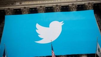 Foto: Una manta con el logo de Twitter colgada en la Bolsa de Nueva York. Getty Images/Archivo