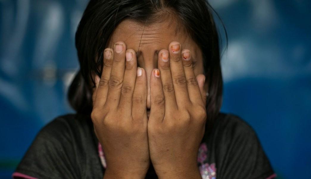 Foto: Una niña víctima de violación se cubre el rostro con las manos. Getty Images/Archivo