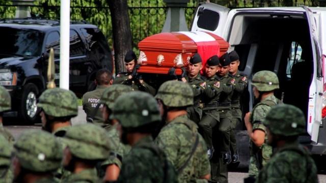 Elementos militares realizaron un homenaje en la base aeronaval, y posteriormente trasladaron los restos hasta Tierra Blanca, al norte de Veracruz