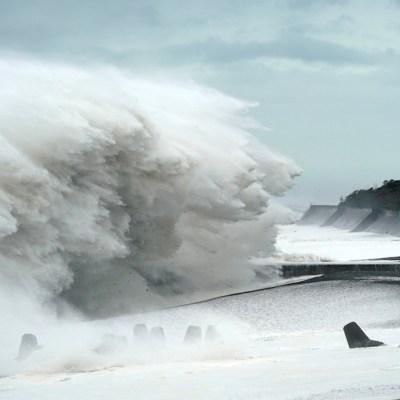 Destructor tifón Hagibis toca tierra en Japón; es el peor en seis décadas