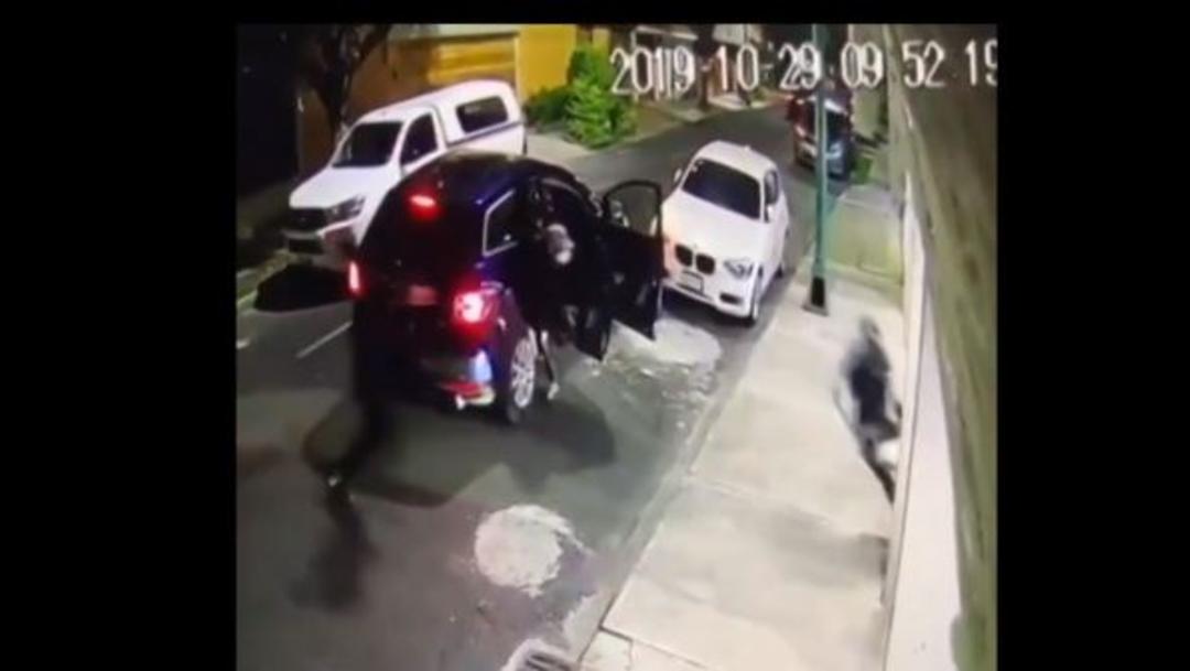 Foto: El vecino logra escapar de los ladrones, pasando entre las dos unidades chocadas, 30 de octubre de 2019 (Noticieros Televisa)