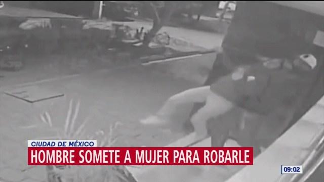Hombre somete a mujer para robarle celular en Tlatelolco, CDMX