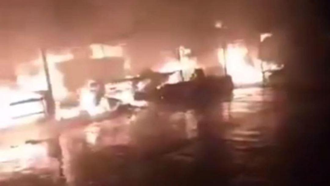 Foto: Luego de sofocadas las llamas, los locatarios fueron a rescatar lo poco que dejó el fuego, 13 de octubre de 2019 (Twitter @direccion_pc)