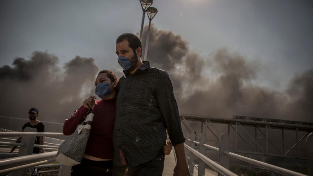 Foto: Los ciudadanos en Tijuana salen con cubre bocas debido al humo que todos los incendios han provocado, 25 de octubre de 2019 (OMAR MARTÍNEZ /CUARTOSCURO.COM)