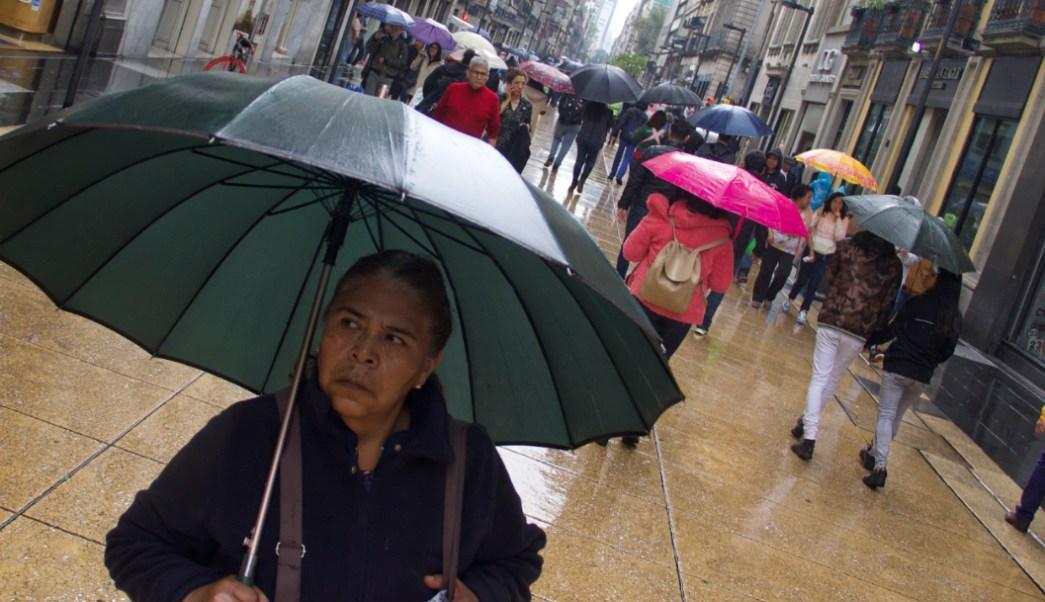 Foto: Capitalinos tomaron sus precauciones sacando sus paragüas a las calles, 26 octubre 2019