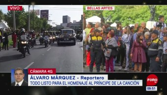 Más de dos mil personas esperan las cenizas de José José en Bellas Artes